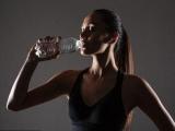 Ученые объяснили, почему опасно пить воду из пластиковой тары